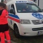 ratowniczka z ambulansem